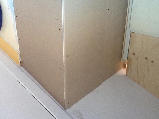 Behangen Op Gipsplaat.Het Stucen Van Een Aangebouwd Gipsplaten Wandje Werkspot