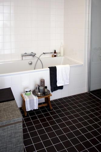 Zwarte gietvloer in de badkamer - Werkspot
