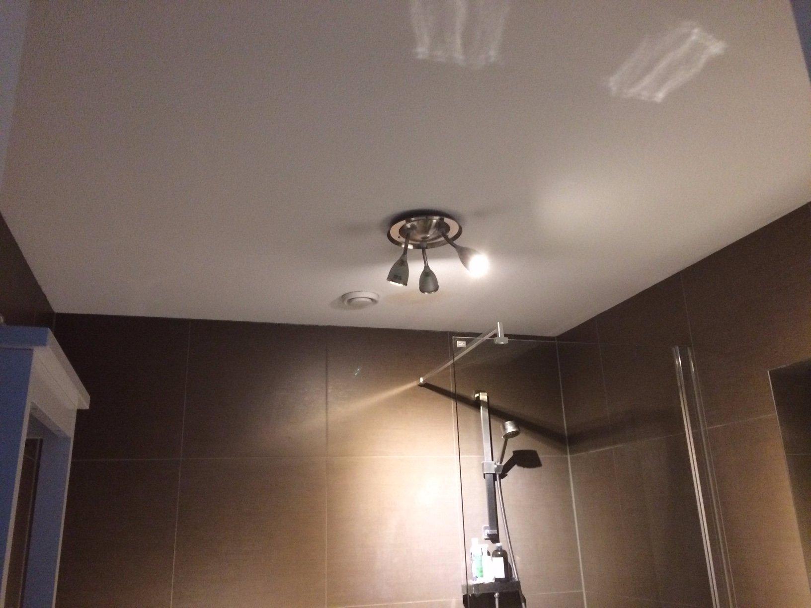 Badkamerplafond lekkage vlekken isoleren en plafond schilderen ...