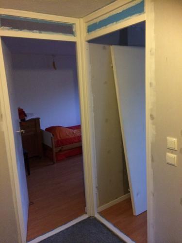 Behangen vliesbehang 24 m2 en glasvezelbehang 36 m2 for Trapgat behangen