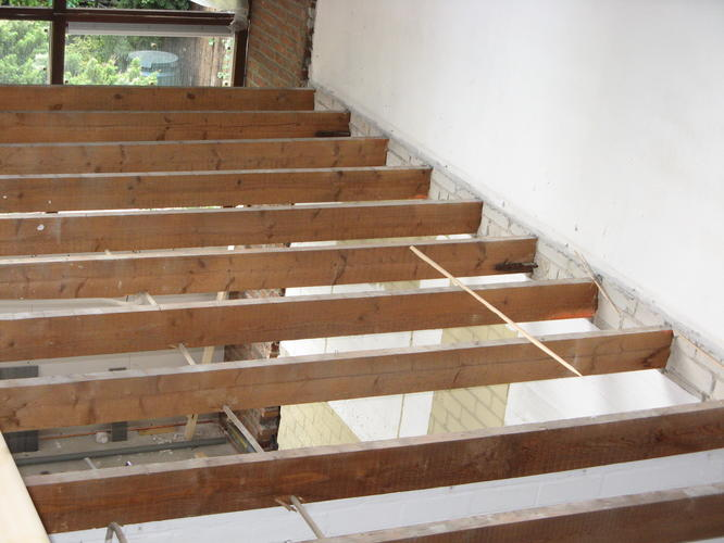 Verhogen houten balken voor plafond werkspot - Plafond met balk ...