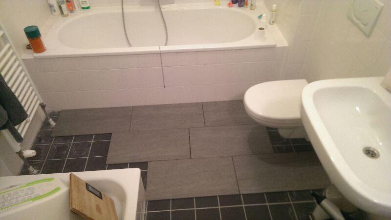 Kleine badkamer (3 m2) + toilet (1,2 m2) betegelen - Werkspot