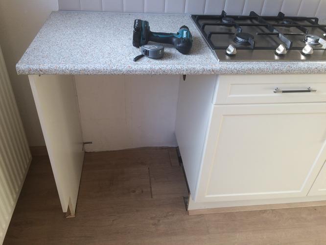 Montage deurtje zijpanelen en plinten keuken werkspot