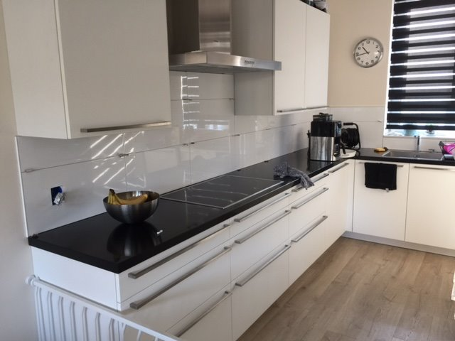Afkitten randen tegels wit keuken en rondom slot zwart werkspot