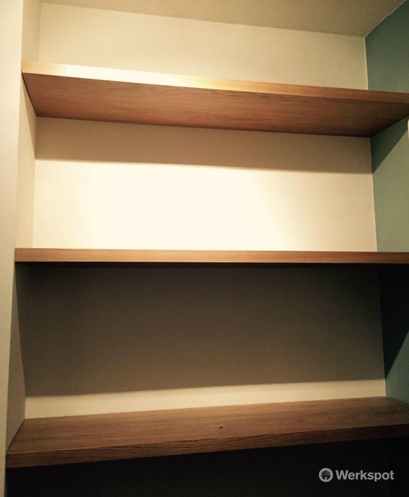 Fonkelnieuw boekenplanken op maat maken en bevestigen in nisje - Werkspot EH-91
