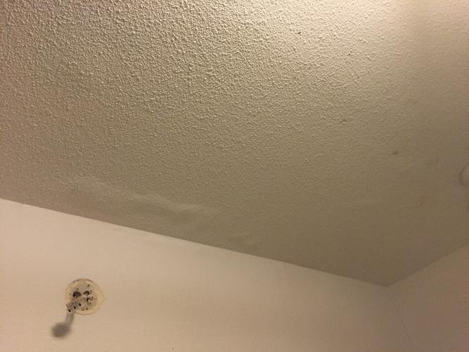 Plafond badkamer afsteken en opnieuw afwerken - Werkspot