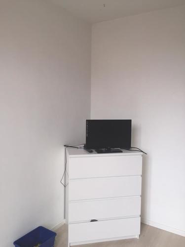 Schuifdeur voor inloopkast, planken boven bed en TV wand in ...
