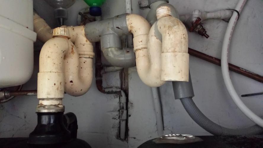 Lekkage Afvoer Badkamer : Herstel lekkage afvoer bad en spoelbakken keuken; vernieuwen plafon