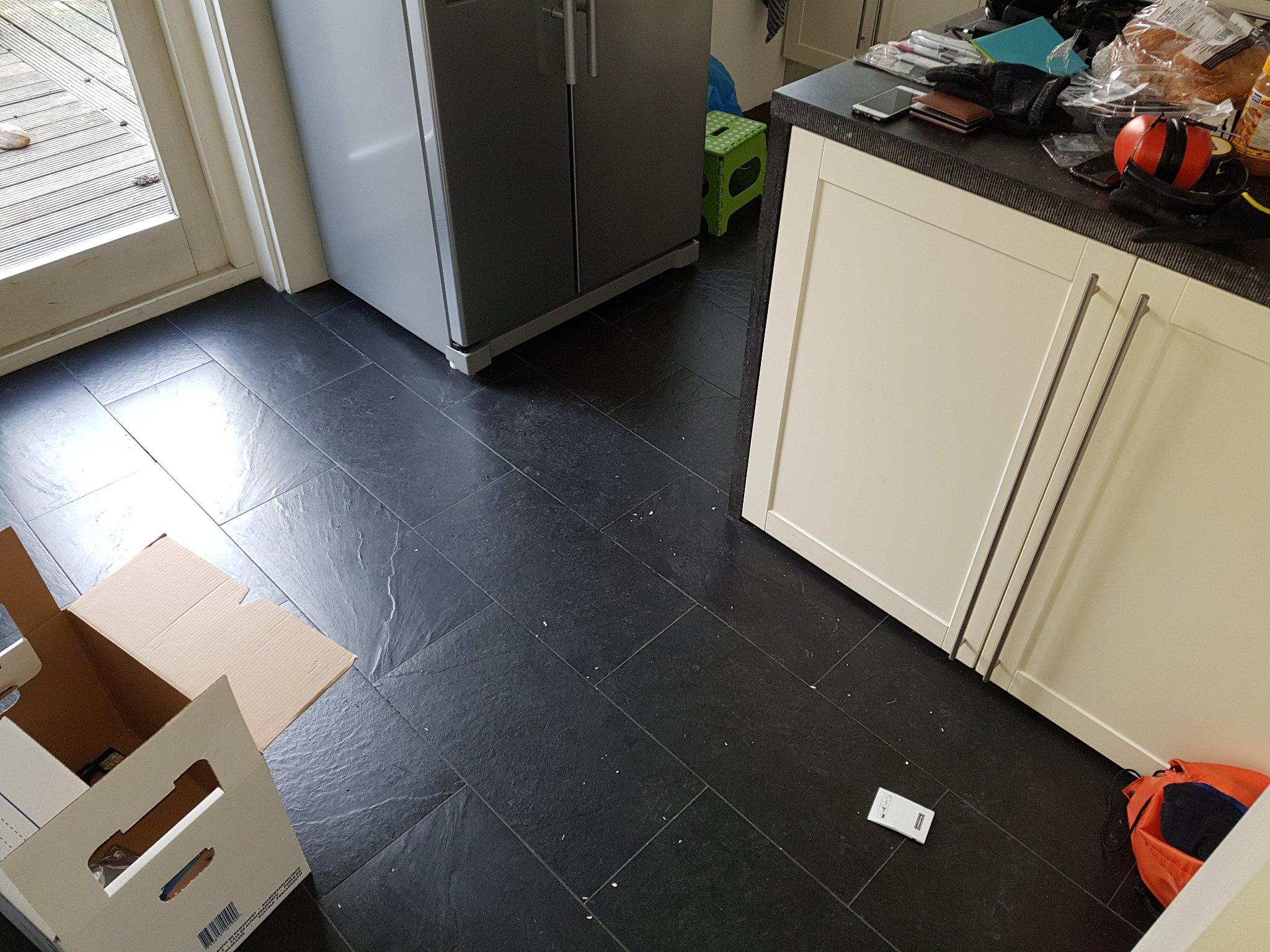 Plak Pvc Tegels : Vloer repareren zodat het geegalizeerd kan worden voor plak pvc