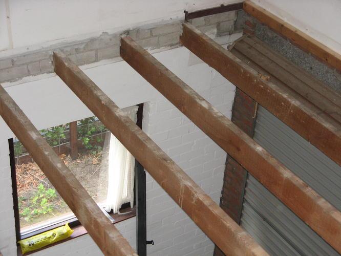 Vloer verhogen met hout betonnen vloer op zwaluwstaartplaten leggen karwei houten vloeren - Houten balkenplafond ...
