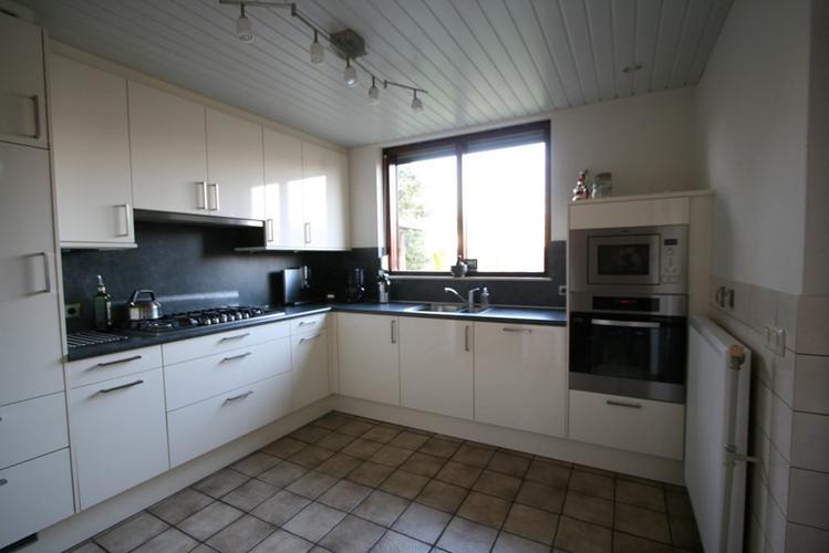 Aanbouw aan een woonkamer door een bestaande serre en keuken