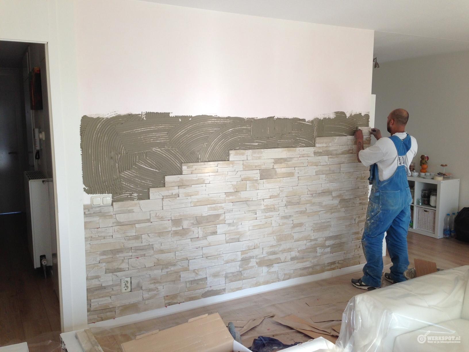 Natuursteenstrips plaatsen op muur werkspot - Leisteen muur ...