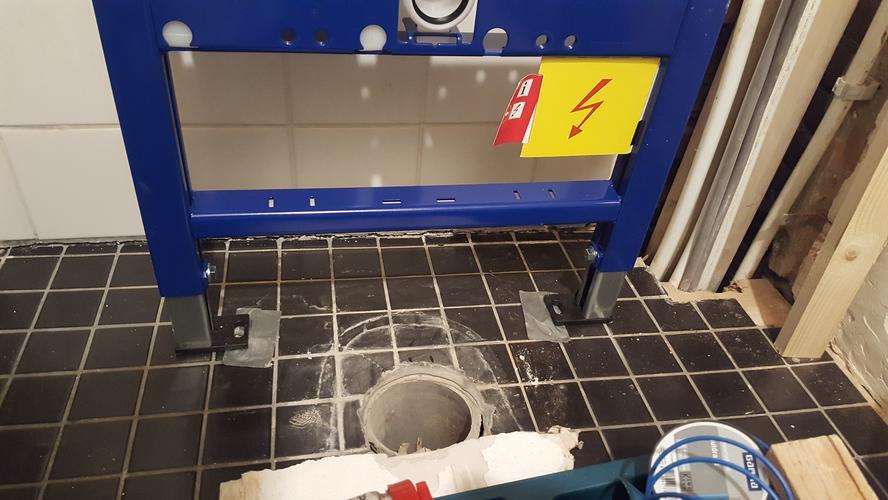 Aansluiten zwevend toilet werkspot