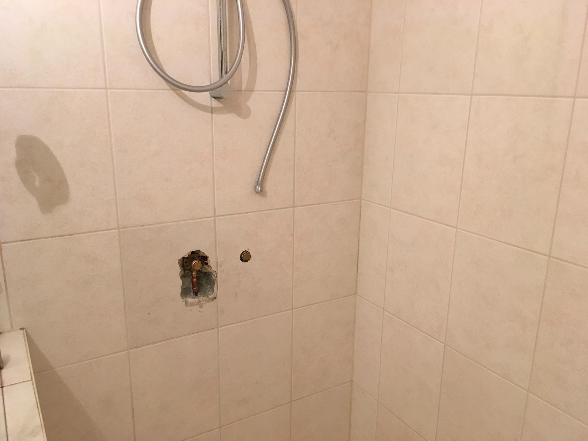 Reparatie Tegels Badkamer : Badkamer muur repareren twee tegels zetten douchekraan monteren