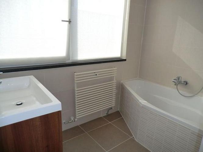 Hoekbad kleine badkamer badkamer idee kleine ruimte badkamers voorbeelden badkamers aalst met - Deco kleine badkamer met bad ...