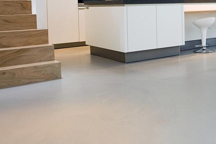 Gietvloer pu epoxy schraaplaag licht grijs beton look werkspot