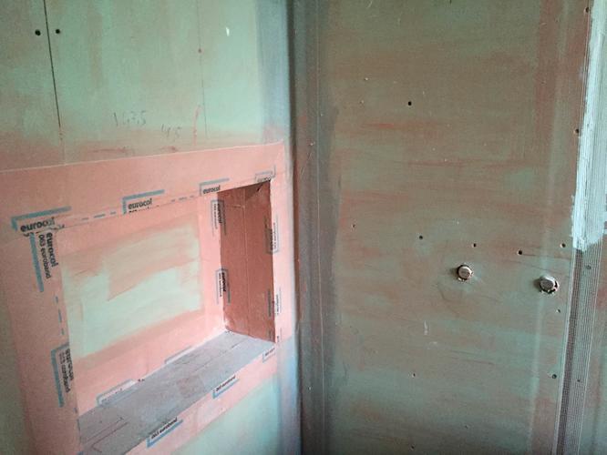 Bad, muurtje, glasplaat, tegels, toilet en douchemeubel plaatsen ...