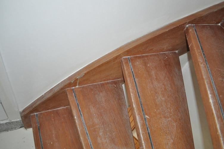 vaste zoldertrap repareren schuren en lakken werkspot