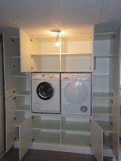 Inbouwkast voor wasmachine en droger in bijkeuken werkspot - Moderne wasruimte ...