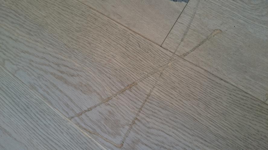 Vloer laten repareren van diepe krassen schuren en in de white