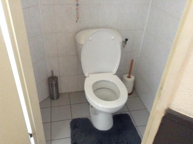 Vervangen en aansluiten 2x toilet door hangend inbouwreservoir