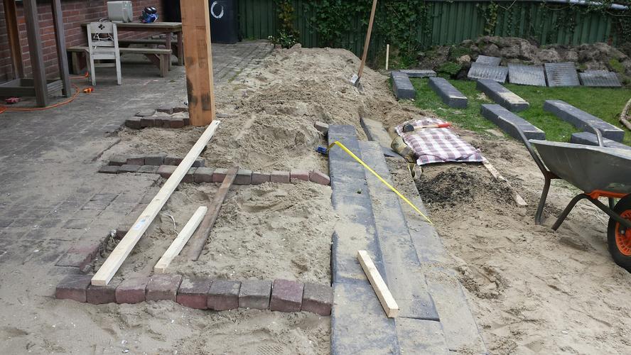 Terras uitbreiden trap van betonbielzen aanleggen werkspot for Trap tuin aanleggen