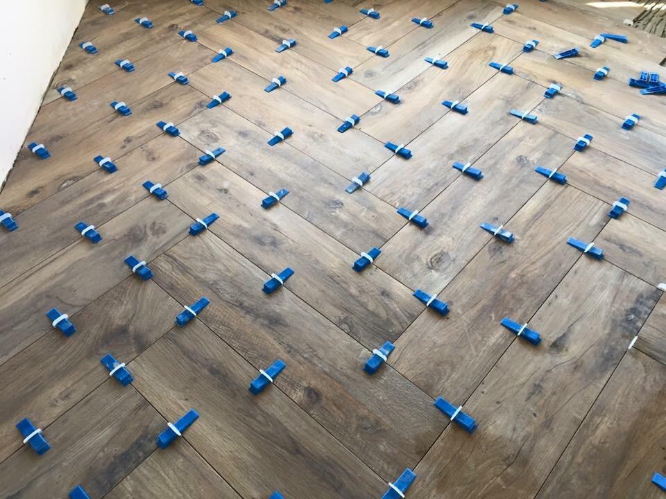 Woonkamer vloer tegelen keramisch parket visgraat 20x120 55m2