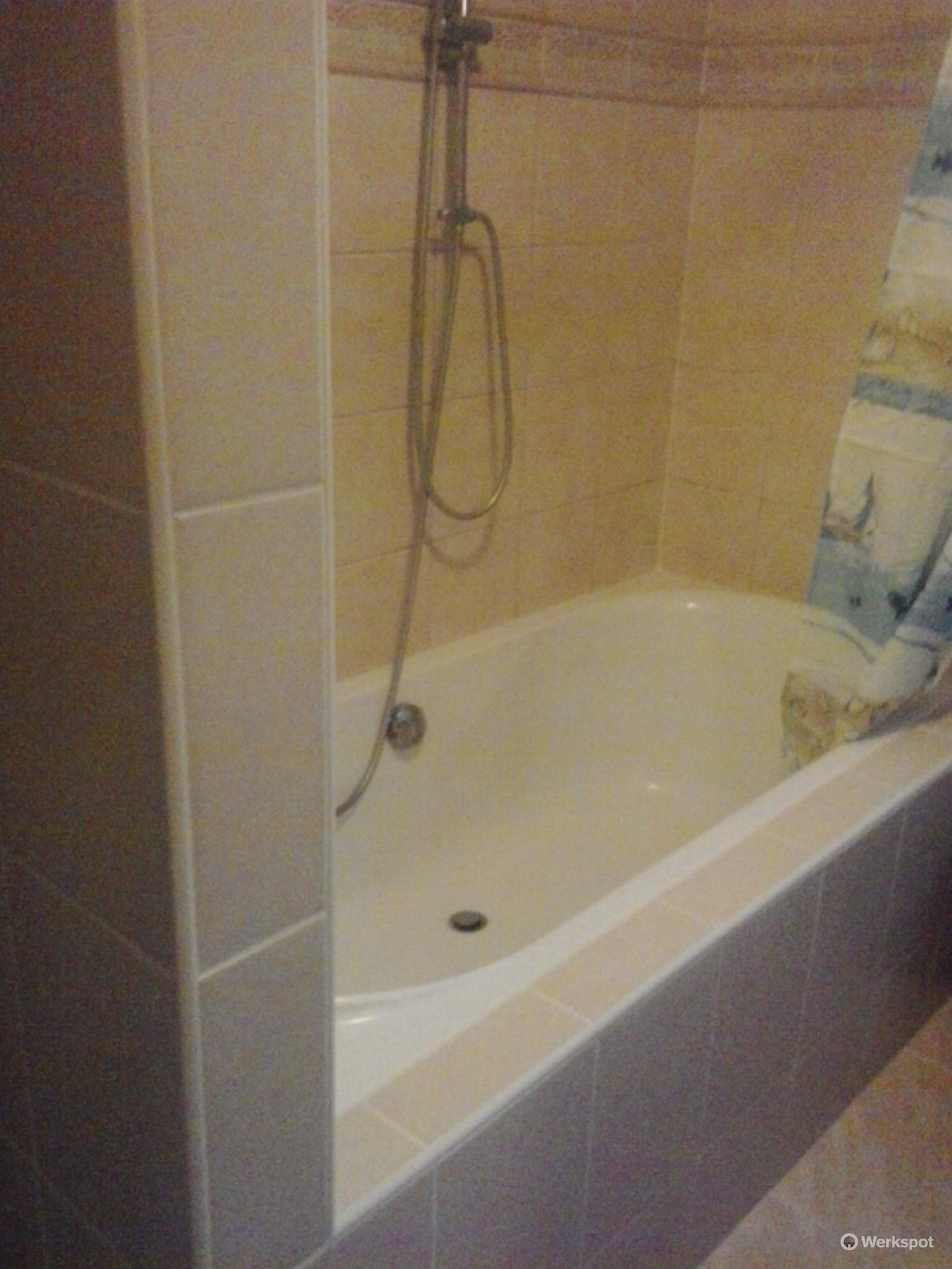 renovatie badkamer (opnieuw kitten bad, wand van glasblokken ...