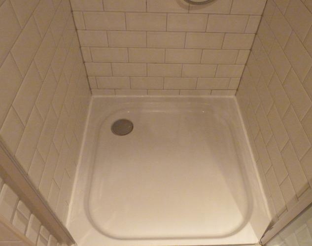 Badkamer Opnieuw Betegelen : Opnieuw betegelen achterwand douche kitten werkspot