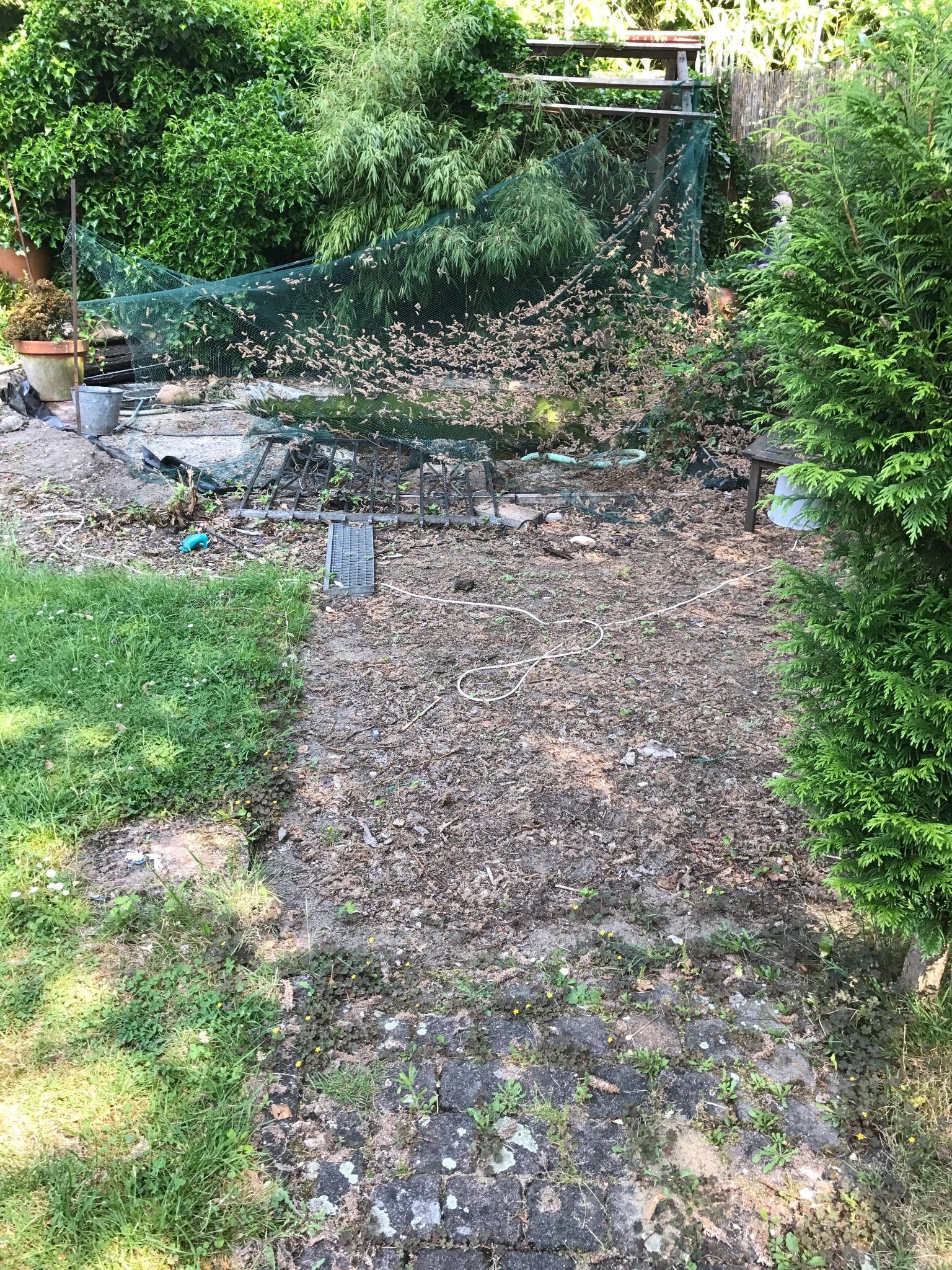 Vijver aanleggen terras maken werkspot for Betonnen vijver aanleggen