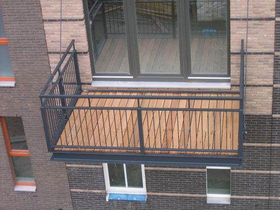 Stalen galvaniseerde balkons met verdiepte houten dekken for Vaste trap ipv vlizotrap