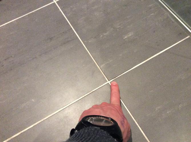 Voegen Repareren Badkamer : Herstel van enkele voegen in de badkamer vloer en wand opnieuw