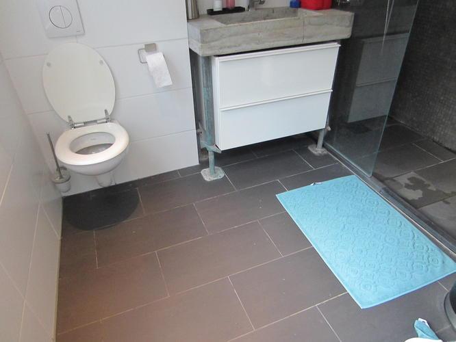 Badkamervloer verven egaliseren werkspot - Badkamer vloer ...