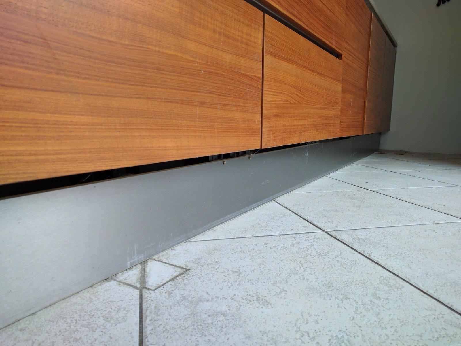 Leggen laminaat en hoge plinten op bestaande tegelvloer werkspot