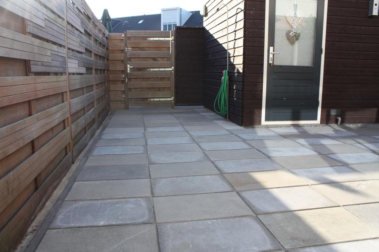 Tuin Met Tegels : Tuin ophogen en tegels plaatsen werkspot