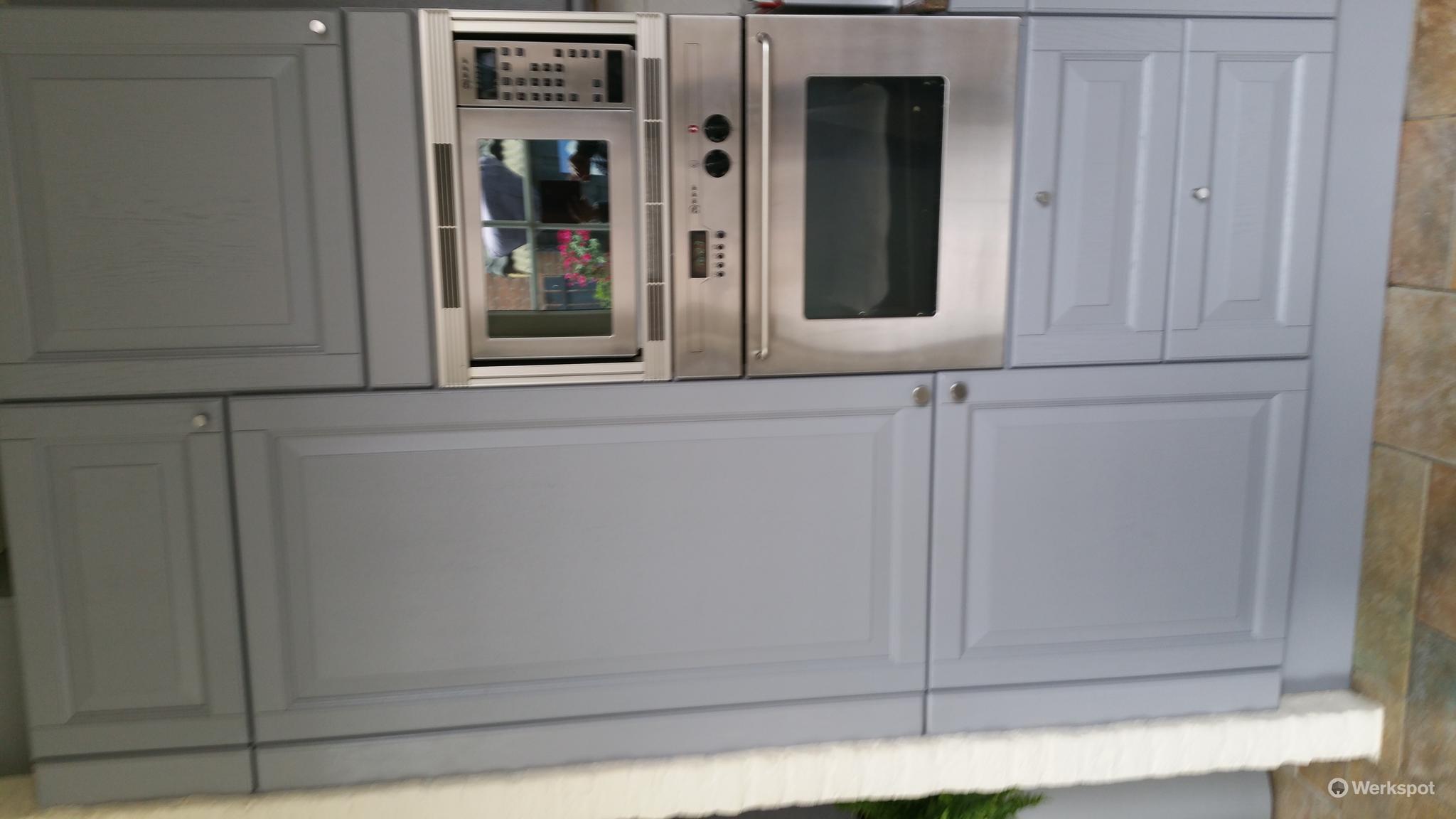 Van Hout Keukens : Verven spuiten van houten keuken werkspot