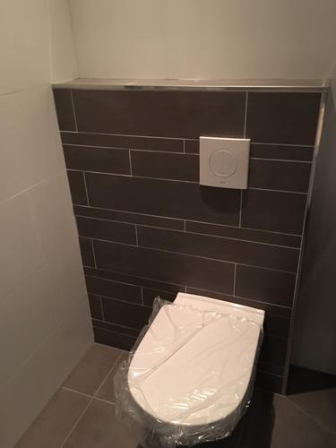 Toilet(muurtje) badkamer opnieuw plaatsen - Werkspot