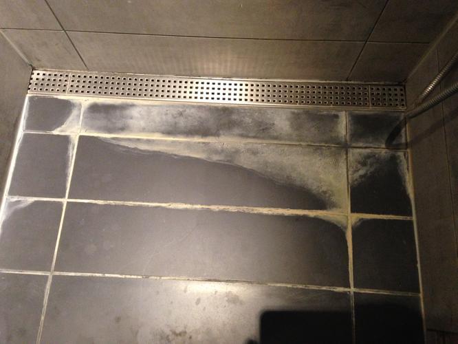 verwijderen kalkaanslag in de inloopdouche - Werkspot