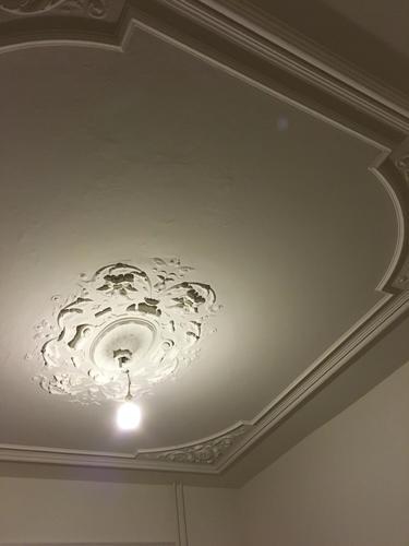 Twee grote lampen ophangen aan (ornamenten)plafond - Werkspot
