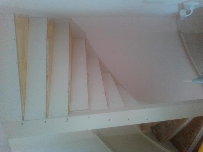 Achterkant trap plamuren en schilderen werkspot - Hoe om te schilderen een trap ...
