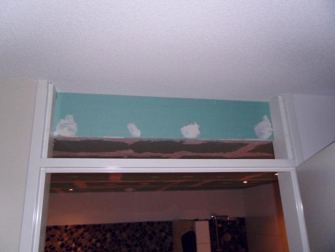 verlaagd plafond badkamer voozien van structuur spuitwerk