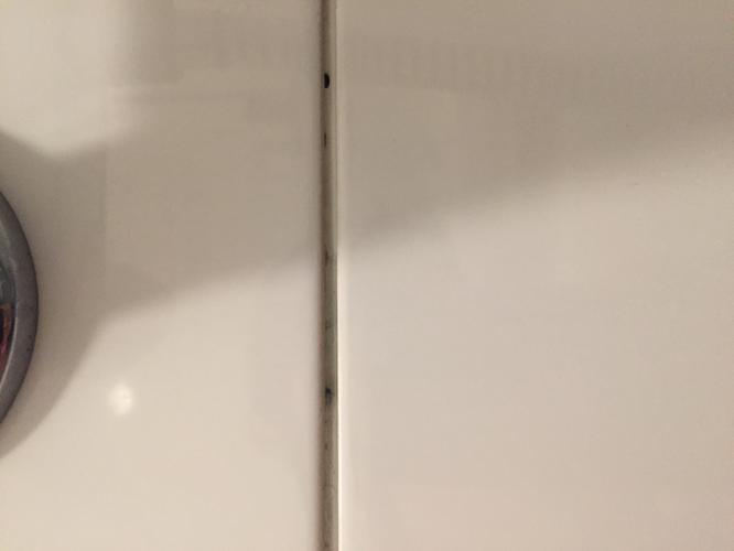 2 a 3 m2 tegelwerk in badkamer opnieuw voegen (+oude voeg ...