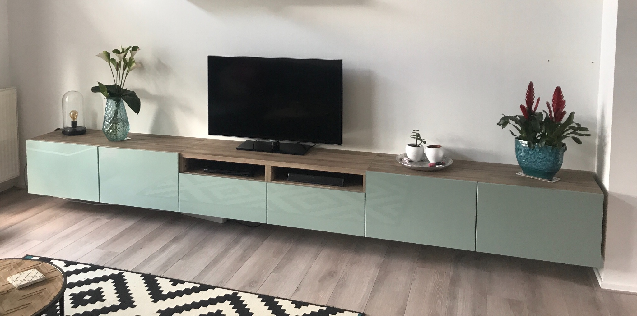 Tv Meubel Ophangen.Ikea Besta Tv Meubel En Dressoir In Elkaar Zetten En Zwevend