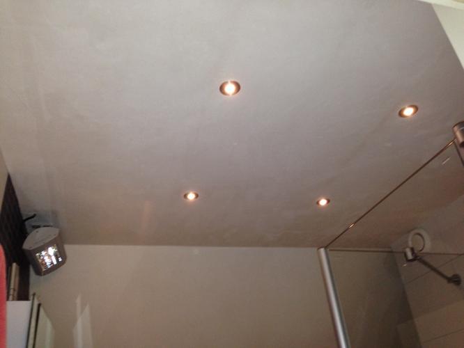 sauzen plafond en schuine muur badkamer werkspot