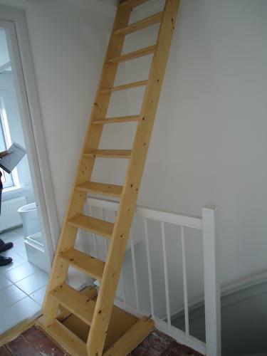 Vaste trap plaatsen naar zolder werkspot - Trap toegang tot zolder ...