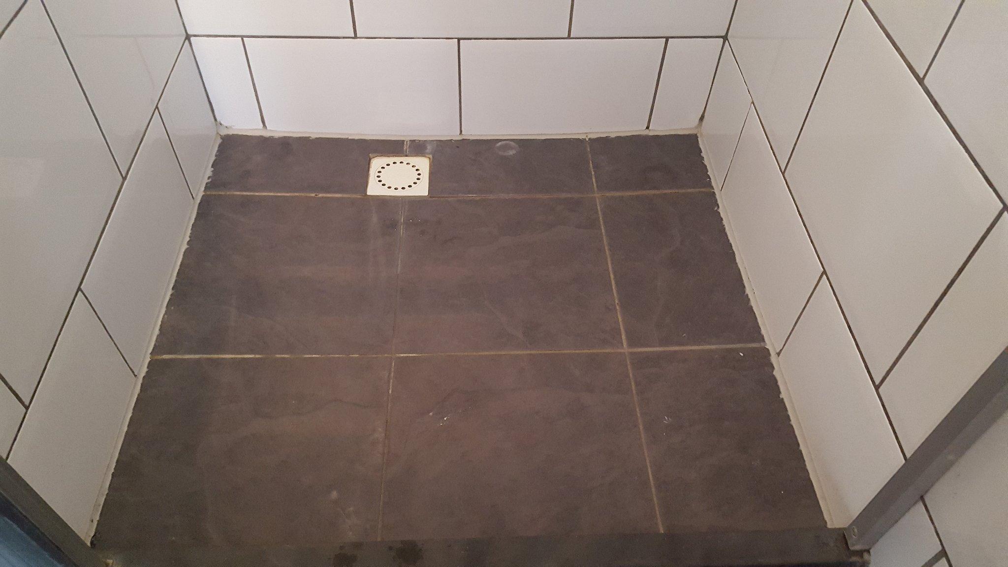 Badkamer Deels Betegelen : Badkamer tegels opnieuw kitten badkamertegels voegen is niet heel