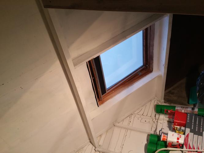 Schuine zolder voorzien van gipsplaten en rails deur maken voor ber werkspot - Uitbreiding van de zolder ...