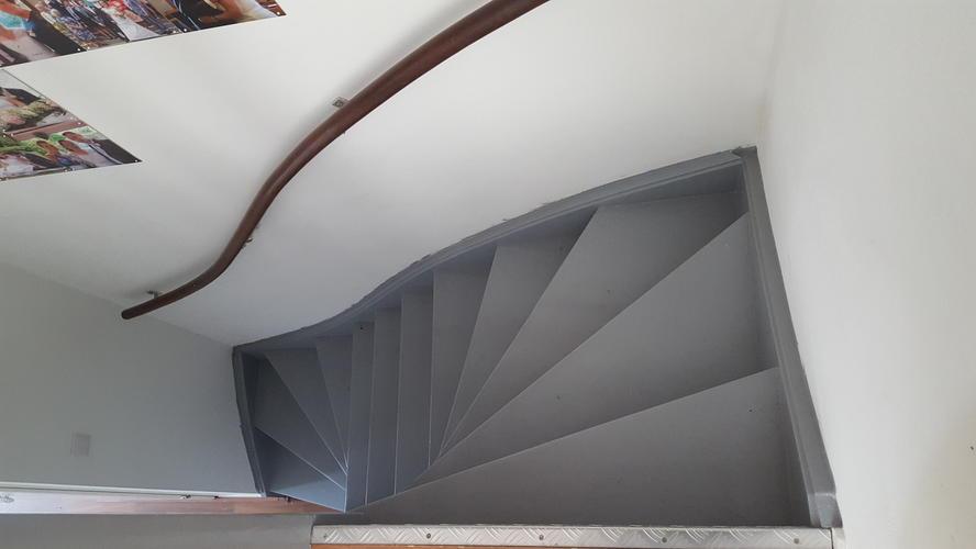 2 trappen verven in een drive in woning werkspot - Witte trap grijs ...