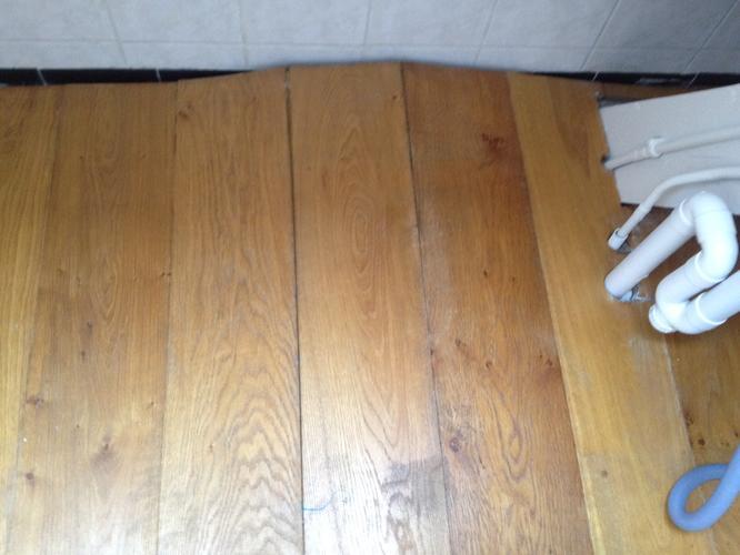 Houten vloer herstellen na waterschade werkspot