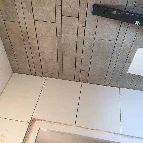 Badkamer en wc afkitten in de kleur grijs en wit - Werkspot